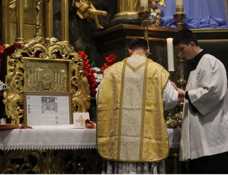 Ministrant Mikołaj Ostapczuk podczas służenia do Mszy Świętej.